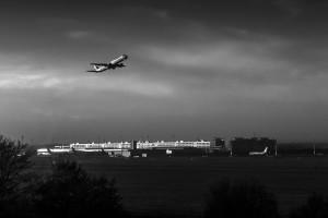 Geblendet in B&W Lufthansa-Technik von Flughafen München in der Abendsonne