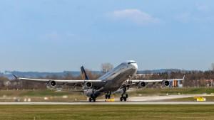 Airbus A340-313 (D-AIGN) der Lufthansa am Flughafen München