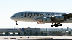Airbus A380-861 (A6-EDW) der Emirates am Flughafen München Aufgenommen am kleinen Besucherhügel der Stzartbahn Nord