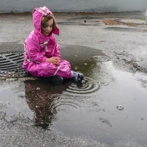 Kleinlea saß betend im Regen Tief versunken in Gedanken und Spiel