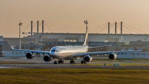 Airbus A340-642X (D-AIHQ) der Lufthansa am Flughafen München Startposition