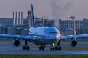 Airbus A340-313 (D-AIGM) der Lufthansa am Flughafen München Startposition