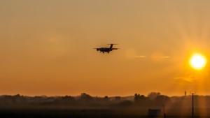 """Landeanflug """"Vor der untergehenden Sonne"""" am Flughafen München"""