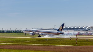 Boeing B777-312(ER) (9V-SWR) der Singapore Airlines am Flughafen München