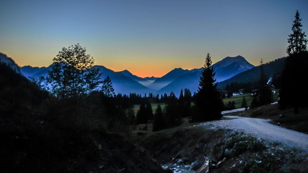 Der Tag geht zuende Sonnenuntergang hinter den Lechtaler und Ammergauer Alpen