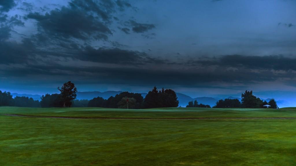 """Die Farben versprechen nichts Gutes Gewitter über dem """"Blauen Land"""" - Aufgenommen im Golfclub Beuerberg e.V."""