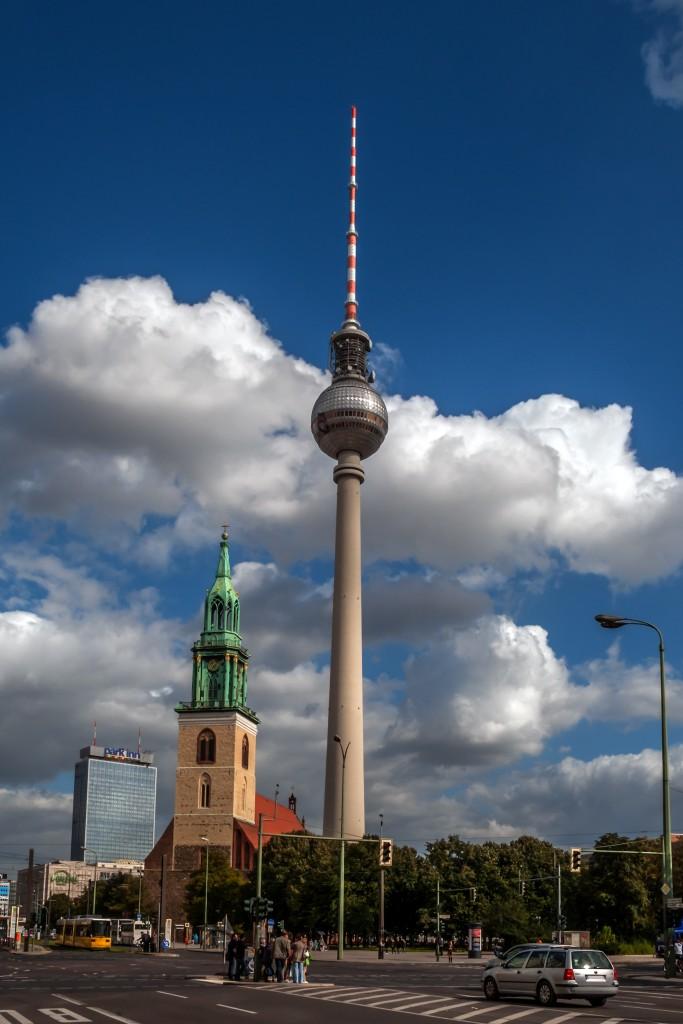Fernsehturm Berlin mit der St. Marienkirche