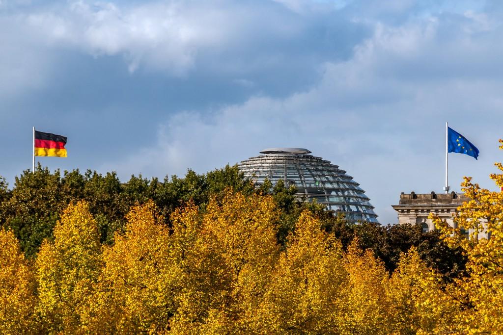 Herbst über dem Regierungsviertel Im Hintergrund ist das Reichstagsgebäude