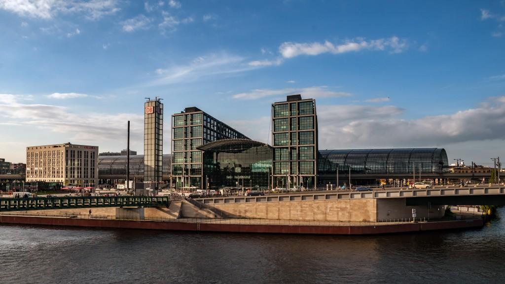 Hauptbahnhof Berlin Vom südlichen Spreeufer aus fotografiert
