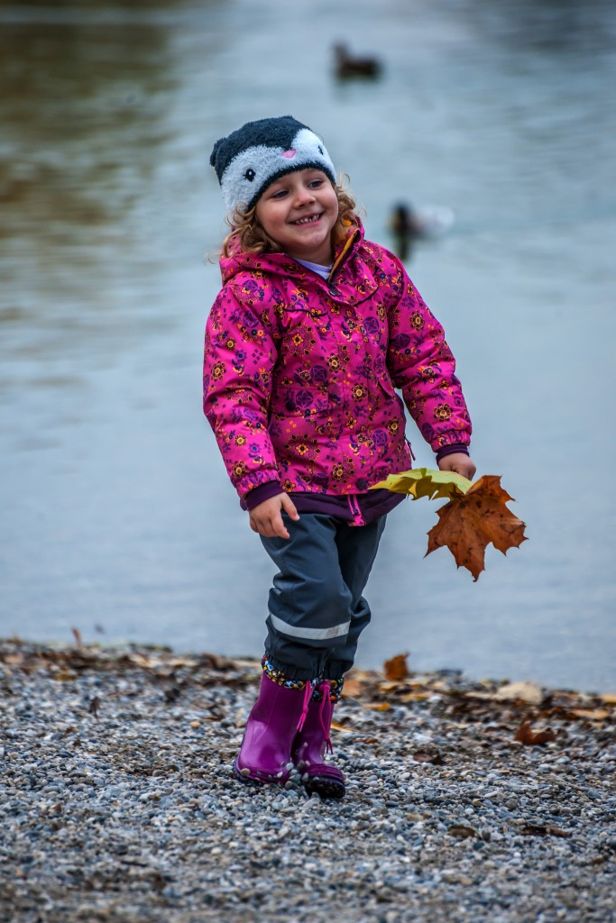 Lea genießt den Herbst