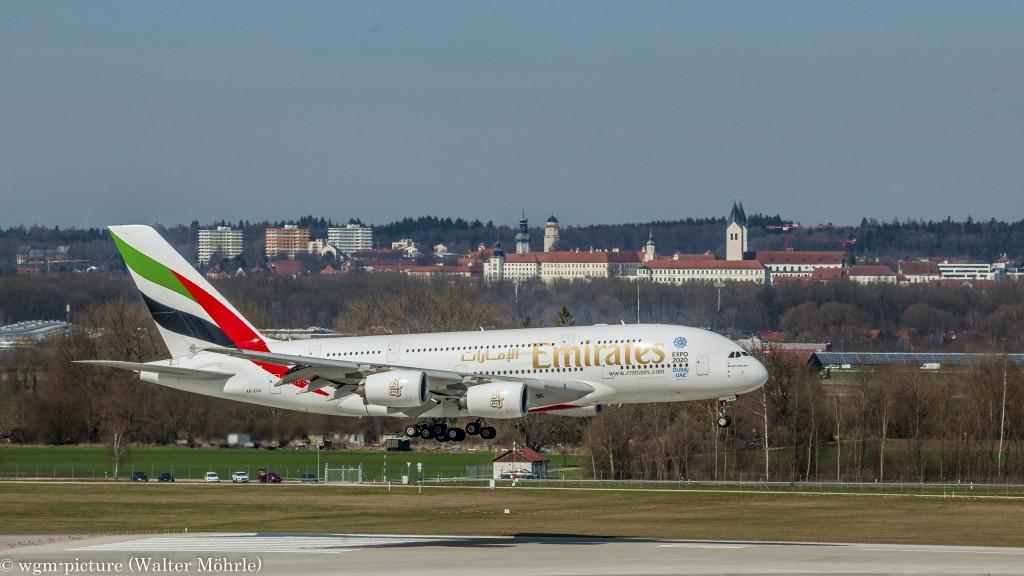 Dubai grüßt Freising Airbus A380-861 (A6-EEA) der Emirates am Flughafen München