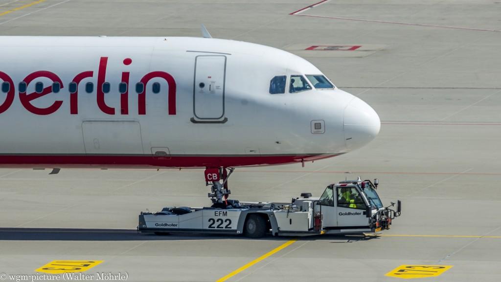 Arbus A321 am Pusher Airbus A321-211 der Air Berlin am Flughafen München