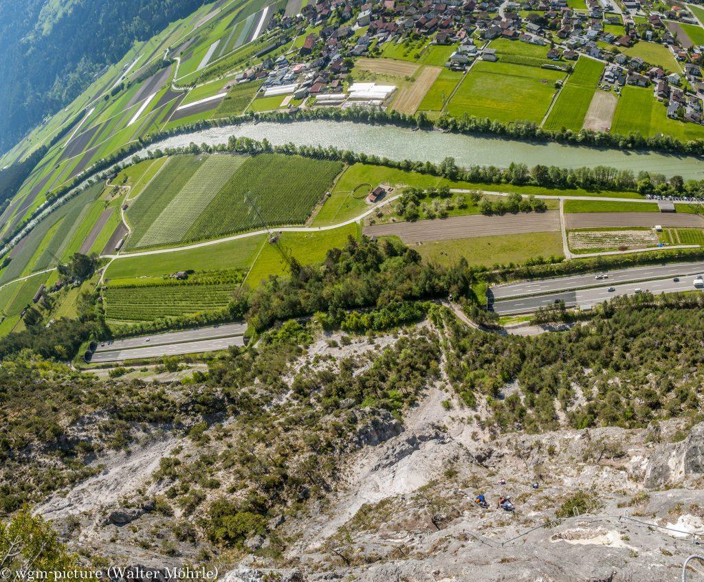 Panorama aus dem Geierwand-Klettersteig: ca. 300 m über dem Tal - der Tiefblick
