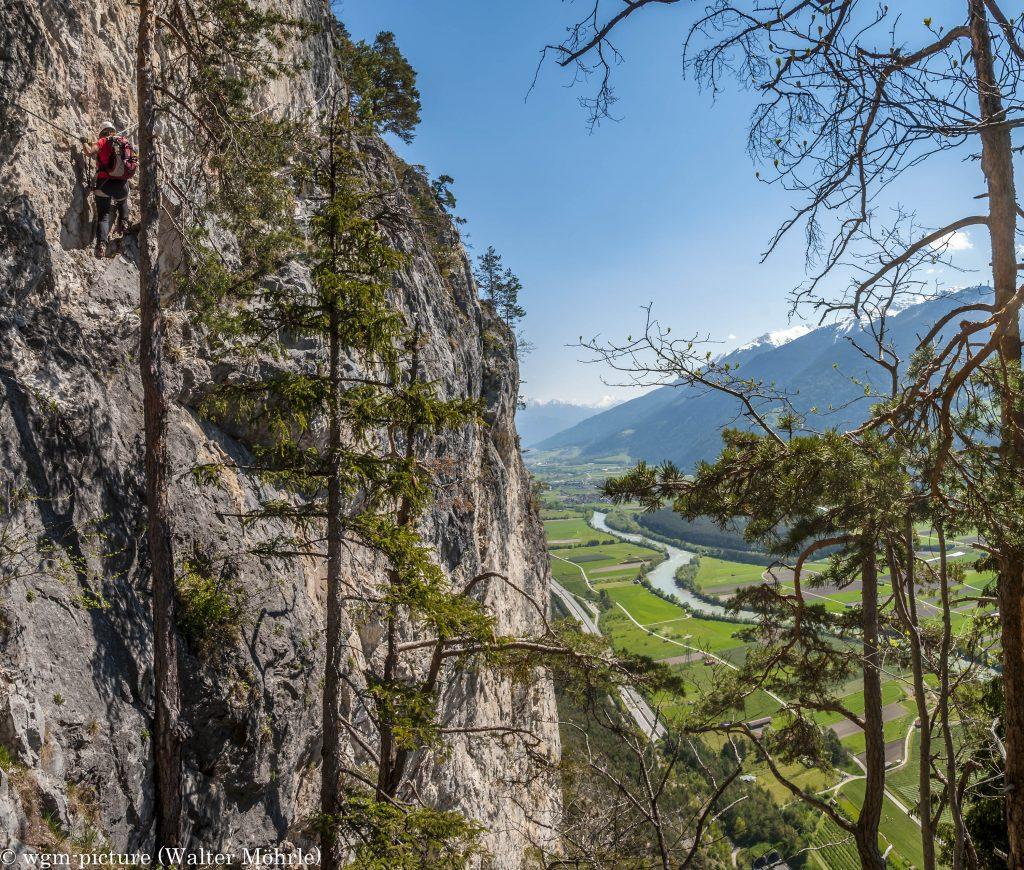 """Panorama aus dem Geierwand-Klettersteig: ca. 320 m über dem Tal - das """"großes Gamsband"""""""