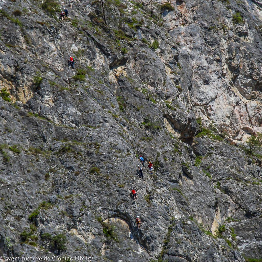 Geierwand Klettersteig Wir im Steig vom Parkplatz aus fotografiert