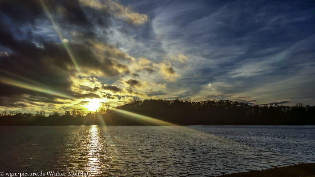 Novemberabend Sonnenuntergang im Gegenlicht