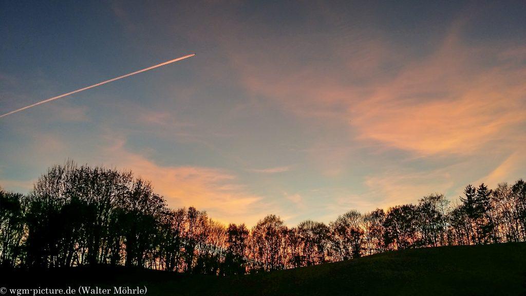 Novemberabend Wie mag der Sonnenuntergang von dem Flugzeug aus aussehen?