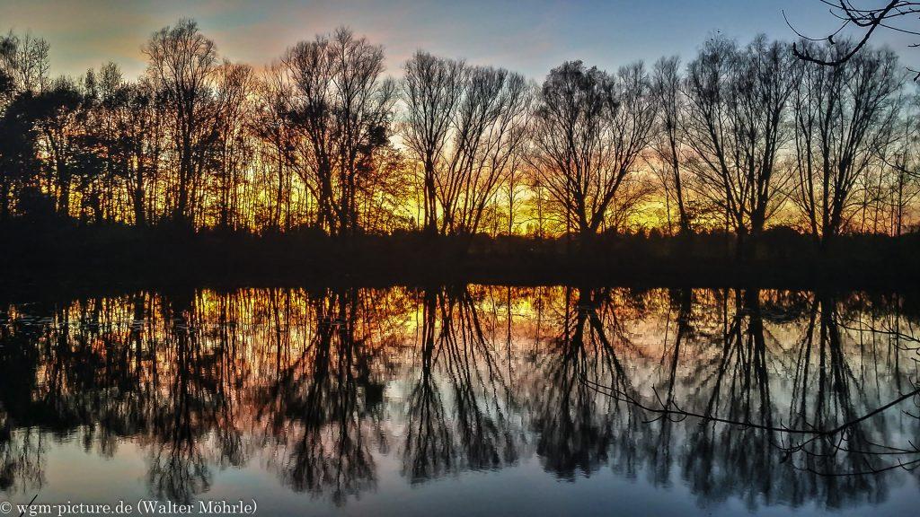 Novemberabend Blick über den kleinen See